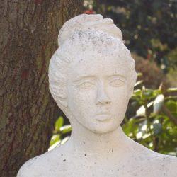 119_M_ Frau im Garten2